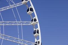 Ferris Wheel mit beiliegenden Gondeln lizenzfreies stockfoto