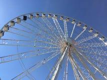 Ferris Wheel mit hellem blauem Himmel stockfoto