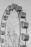 Ferris Wheel moderne sur le ciel bleu images libres de droits