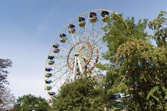 Ferris Wheel mot bakgrund för blå himmel fotografering för bildbyråer