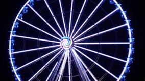 Ferris Wheel At Night Illumination et clignotant multicolore de lumières banque de vidéos