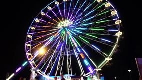 Ferris Wheel Night Neon Lights verwischte anonyme Leute stock video