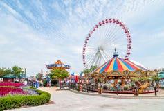 Ferris Wheel och karusellen är populära dragningar på Chicago marinpir på Lake Michigan Arkivbild
