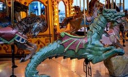 Ferris Wheel och karusellen i ett nöjesfält under dagen med den ljusa blå himmel och vitpariserhjulen målar Royaltyfri Foto