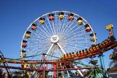 Ferris Wheel och Rollercoaster på Santa Monica Pier Fotografering för Bildbyråer