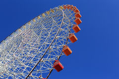 Ferris Wheel - Osaka City in Japan mit blauem Himmel Lizenzfreies Stockfoto