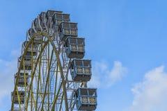Ferris Wheel Over Blue Sky avec des nuages photo stock