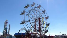Ferris Wheel på en dag för sommar` s arkivfilmer