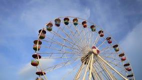 Ferris Wheel på nöjesfältet med bakgrund för blå himmel arkivfilmer