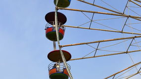 Ferris Wheel på nöjesfältet med bakgrund för blå himmel stock video