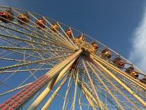Ferris Wheel (Riesenrad) bij Duitse Pretmarkt in warme zonnige middag lichte lage hoek stock afbeeldingen