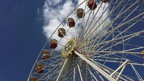 Ferris Wheel Riesenrad en el torneado alemán de la feria de diversión - ángulo bajo metrajes