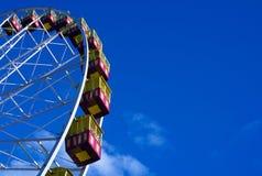 Ferris Wheel Rising in der untergehenden Sonne stockbilder