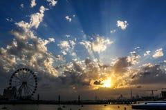 Ferris Wheel sous le lever de soleil et le coucher du soleil dramatique et le ciel nuageux, fond de nature avec le rayon de solei image stock