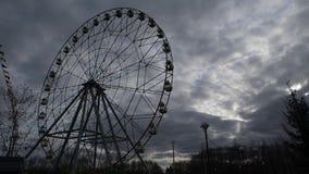 Ferris Wheel Spinning en el fondo de un cielo dramático almacen de metraje de vídeo