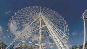 Ferris Wheel steht auf blauen Himmeln in einem Unterhaltungsfreizeitpark hoch stock footage