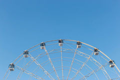 Ferris Wheel sur le fond de ciel bleu Image stock