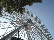 Ferris Wheel tegen een blauwe hemel bij een markt Stock Afbeeldingen