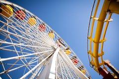 Ferris Wheel u. Achterbahn Stockfotos