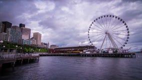 Ferris Wheel un après-midi nuageux à Seattle banque de vidéos