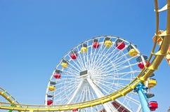 Ferris Wheel- und Achterbahn-Bahn Stockbild