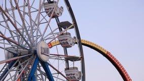 Ferris Wheel und Achterbahn an der Kemah-Promenade stock video