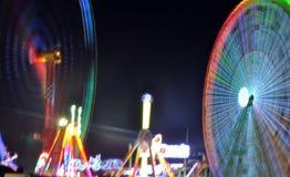 Ferris Wheel und Achterbahn in einem Weihnachtsmarkt lizenzfreie stockbilder