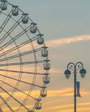 Ferris Wheel- und Licht-Beitrag Lizenzfreie Stockfotos
