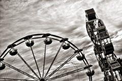 Ferris Wheel und Unterhaltungs-Fahrt am angemessenen Rummelplatz Lizenzfreies Stockbild