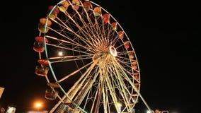 Ferris Wheel am Vergnügungspark an einer Nachtzeit stock video
