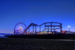 Ferris Wheel y Santa Monica Pier en el crepúsculo en Santa Monica, Fotografía de archivo libre de regalías