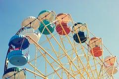 Ferris wiel-geel met multi-colored cabines stock afbeeldingen