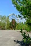 Ferrishjulet av Pripyat, Ukraina 2019 Bl?ttsky och vitmoln royaltyfria foton