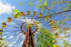 Ferrishjulet av Pripyat, Ukraina 2019 Bl?ttsky och vitmoln royaltyfria bilder
