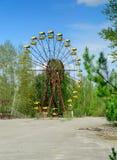 Ferrishjulet av Pripyat, Ukraina 2019 Bl?ttsky och vitmoln arkivbilder