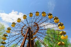 Ferrishjulet av Pripyat, Ukraina 2019 Bl?ttsky och vitmoln royaltyfri foto