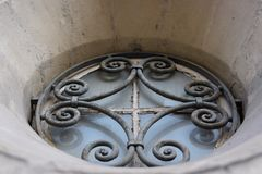Ferro battuto della finestra della chiesa immagini stock