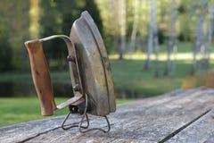 Ferro bonde velho na tabela de madeira velha Foto de Stock Royalty Free