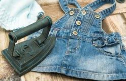 Ferro d'annata con i vestiti immagini stock