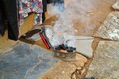 Ferro de carvão vegetal ainda no uso na rua indiana Imagens de Stock
