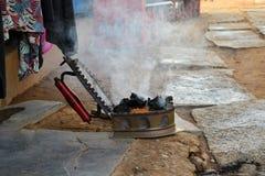 Ferro de carvão vegetal ainda no uso na rua indiana Fotos de Stock