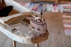 Ferro de passar roupa do vintage com o punho articulado de madeira fotografia de stock