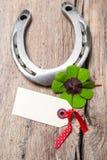 Ferro di cavallo e quadrifoglio con il Empty tag Immagine Stock