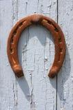Ferro di cavallo sul vecchio portello fotografia stock libera da diritti
