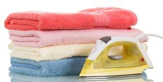 Ferro di vapore ed asciugamani colorati rivestiti di ferro isolati su bianco Immagini Stock Libere da Diritti