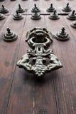 Ferro Doorknocker sul portello di legno immagini stock libere da diritti