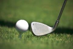 Ferro e esfera de golfe Fotografia de Stock Royalty Free