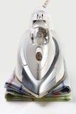 Ferro e toalhas brancos Imagens de Stock Royalty Free