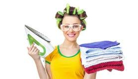 Ferro ed asciugamani della tenuta della donna di sorriso Fotografia Stock