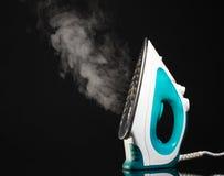 Ferro elétrico com vapor fotografia de stock royalty free